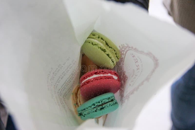 Paris, França - em abril de 2016: Cookies de Macarons da loja de Laduree no saco de papel em Charles de Gaulle Airport imagem de stock