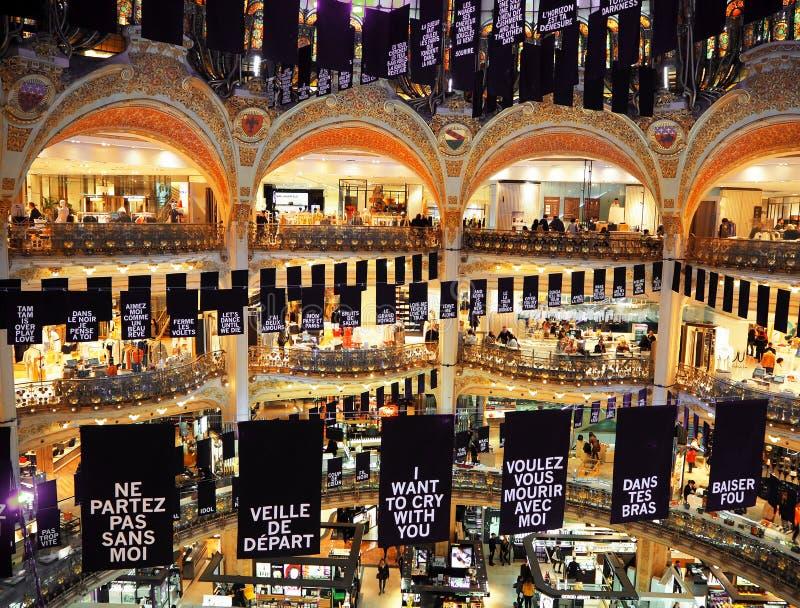 PARIS, FRANÇA - EM ABRIL DE 2017: dentro de Galeries Lafayette famosos o 3 de agosto de 2013 em Paris Galeries Lafayette são famo imagem de stock royalty free