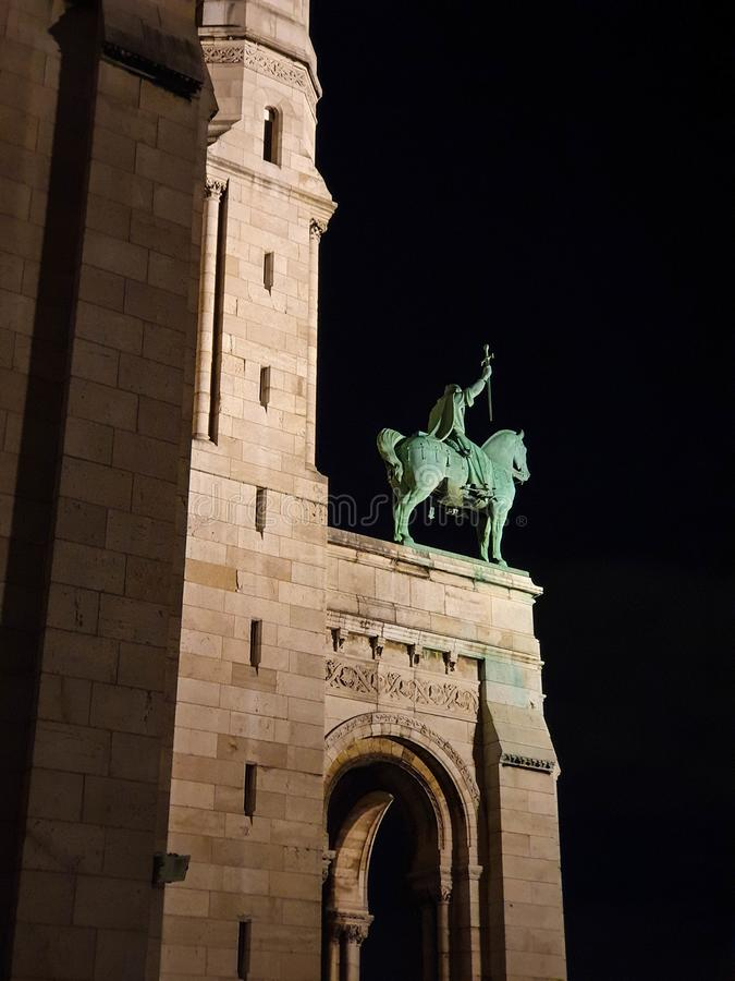 Paris, França, em junho de 2019: Basílica do coração sagrado da basílica de Paris Sacre-Coeur na noite fotografia de stock royalty free