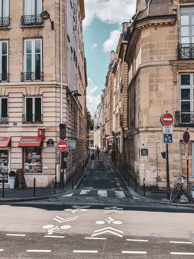 Paris, França, em junho de 2019: Ruas de Paris imagens de stock