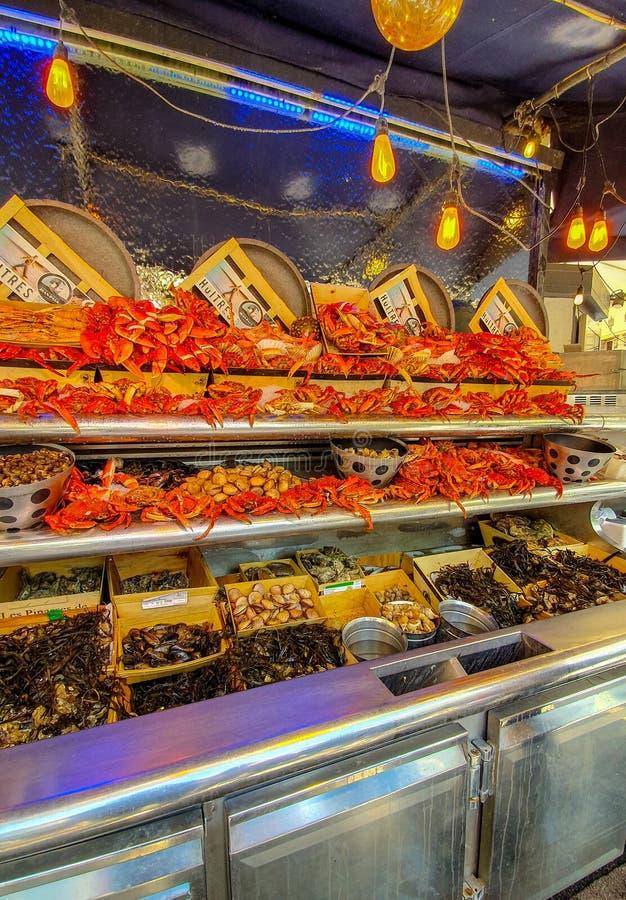 Paris, França, em junho de 2019: um restaurante do marisco imagens de stock