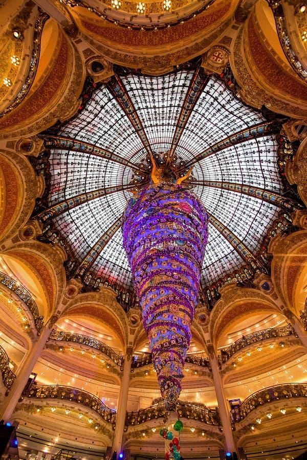 Paris França, em novembro de 2014: Feriado em França - Lafayette Galeries durante o Natal do inverno fotografia de stock royalty free