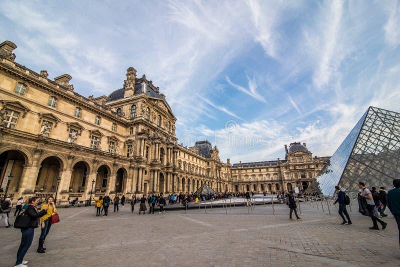 Paris, França - em novembro de 2017 Museu da grelha Marco histórico famoso da arte em Europa Romântico, turista, arquitetura, bea imagem de stock