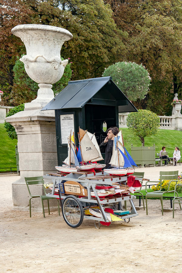 PARIS, FRANÇA, o 26 de abril de 2016 A estação pequena do aluguer do barco do brinquedo no palácio de Luxemburgo jardina fotografia de stock