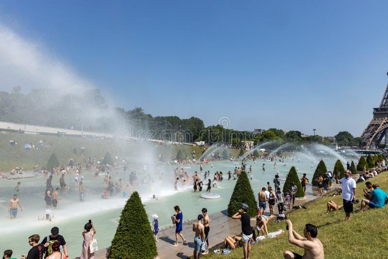 Paris, França, o 27 de junho de 2019: turistas e locals que tomam um banho nos guardiães do ro de Jardins du Trocad do Trocadero  fotografia de stock