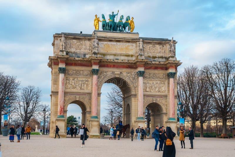 Paris, Fran?a - 16 01 2019: Arc de Triomphe du Carrossel: arco triunfal situado entre o Tuileries e o o Louvre foto de stock royalty free