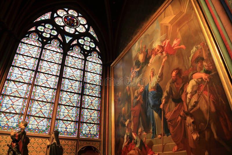 Paris, Fran?a - 28 de outubro de 2018: Interior de Notre Dame de Paris Altar pequeno com dentro pintada e de vitral as janelas an imagens de stock