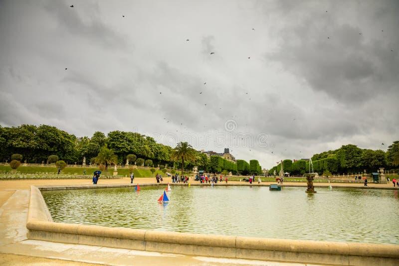 Paris, Fran?a - 24 04 2019: Os navios das crianças na fonte perto do palácio de Luxemburgo no jardim de Luxemburgo em Paris fotografia de stock