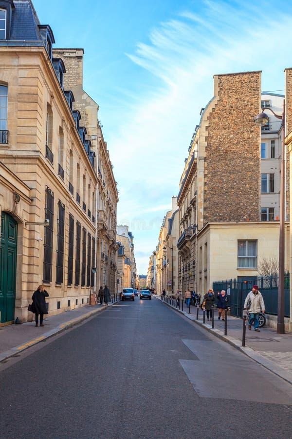 Paris, Fran?a - 17 01 2019: Ruas de Paris, França construções e tráfego fotos de stock royalty free