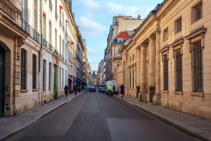 Paris, Fran?a - 17 01 2019: Ruas de Paris, França construções e tráfego fotos de stock