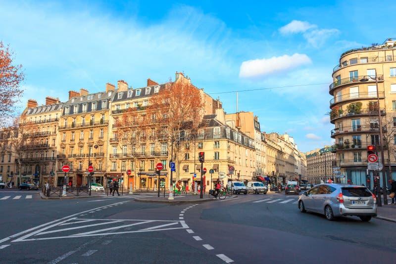 Paris, Fran?a - 17 01 2019: Ruas de Paris, França construções e tráfego imagens de stock