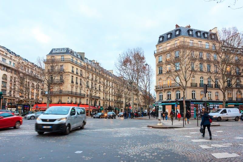 Paris, Fran?a - 17 01 2019: Ruas de Paris, França construções e tráfego foto de stock