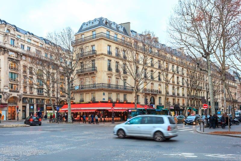 Paris, Fran?a - 17 01 2019: Ruas de Paris, França construções e tráfego imagem de stock royalty free