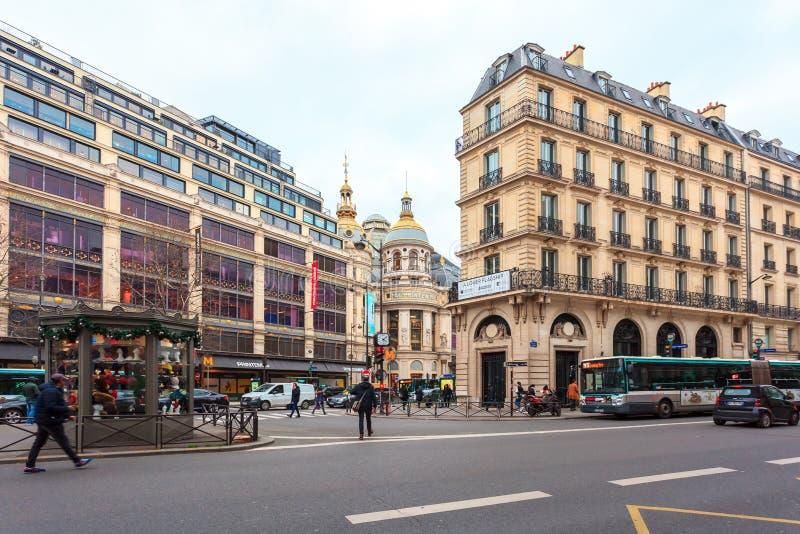 Paris, Fran?a - 17 01 2019: Ruas de Paris, França construções e tráfego imagens de stock royalty free