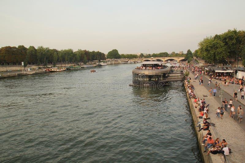 Paris, francês - agosto 26,2017: Cena bonita da noite no Seine River imagens de stock
