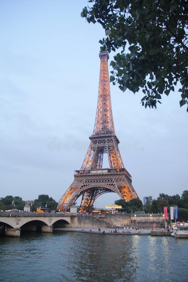 Paris, francês - agosto 26,2017: Torre Eiffel bonita na noite fotografia de stock royalty free