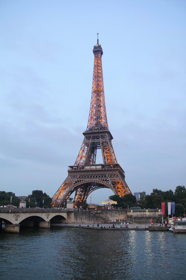 Paris, francês - agosto 26,2017: Torre Eiffel bonita na noite imagens de stock