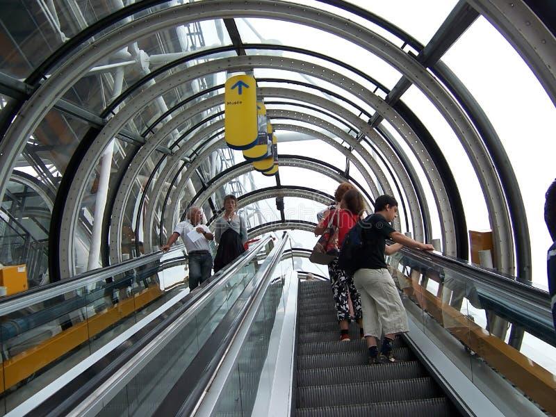 Paris, France 7 août 2009 : Les gens s'attaquent sur l'escalator au musée de Pompidou photo stock
