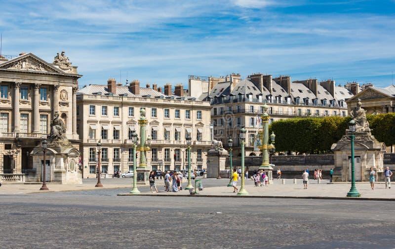 PARIS, FRANCE 10 août - les immeubles et les touristes élégants entourent le Louvre à Paris le 10 août 2015 images stock