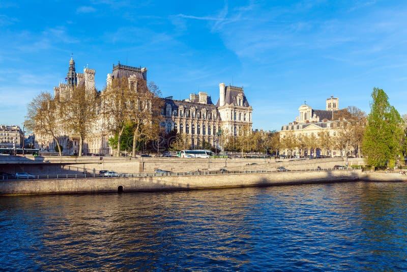 PARIS, FRANCE - 6 AVRIL 2011 : la promenade française devant l'hôtel photo libre de droits