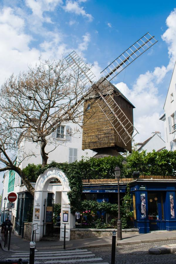PARIS, FRANCE - 2 AVRIL 2019 : Moulin de la Galette ou Blute-aileron de Moulin, construit en 1622 - le moulin à vent le plus anci photos stock