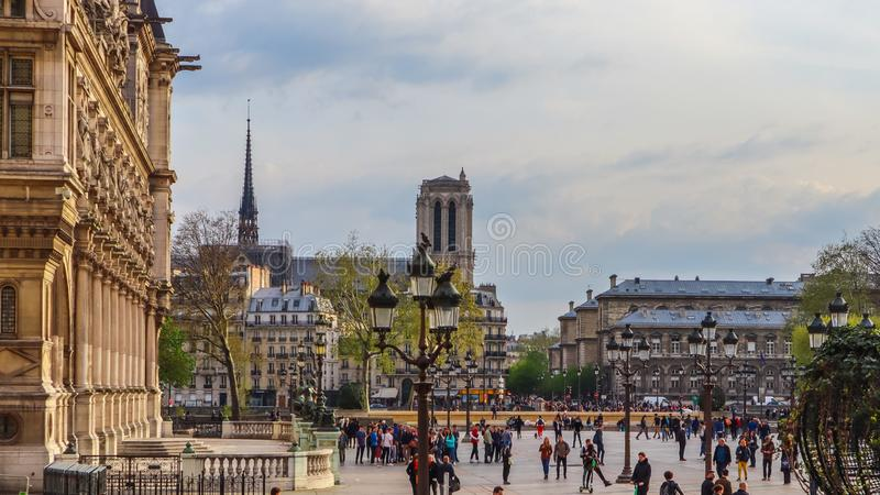 Paris/France - 4 avril 2019 : Place devant Hotel de Ville, la municipalité de Paris, pleine des personnes de repos au coucher du  photos stock