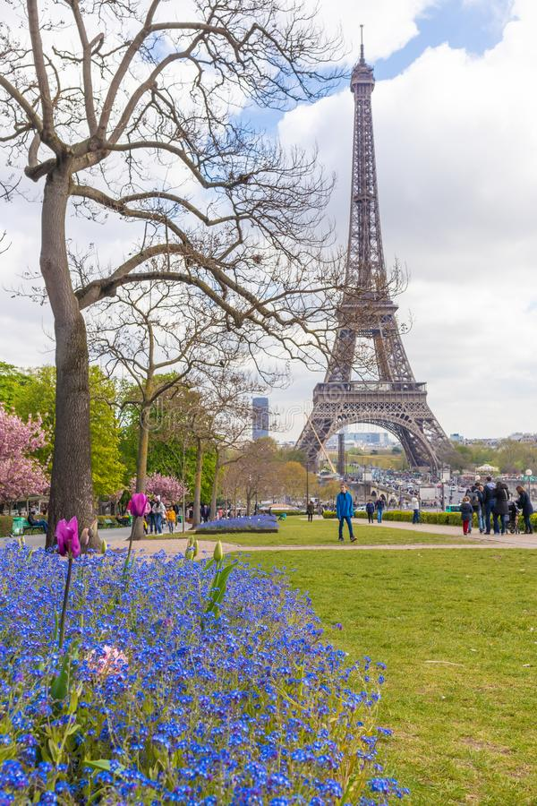 Paris, France - 9 AVRIL 2019 : Tour d'Eifel vue d'un angle diff?rent photographie stock