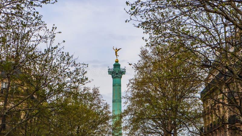 Paris/France - 6 avril 2019 : Vue de juillet Column Colonne de Juillet parmi des arbres de ressort à Paris photos libres de droits