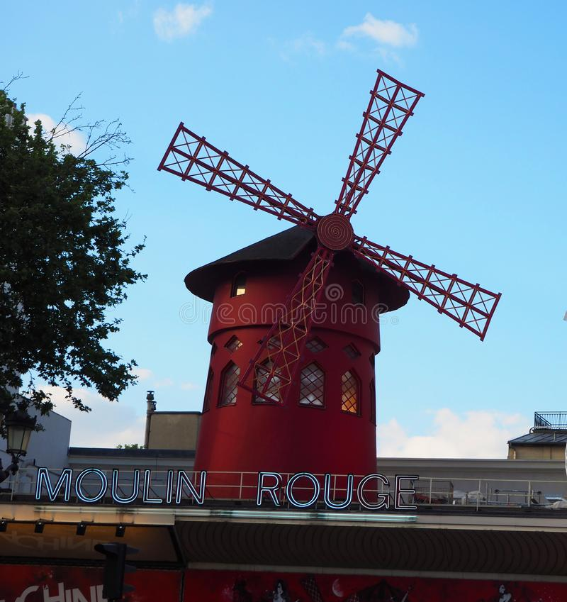 Paris, France - avril 2017 : Vue de moulin rouge du Moulin rouge dans à Paris, cabaret célèbre dans le voisinage de Montmartre de photos stock