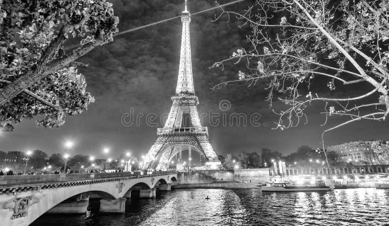 PARIS, FRANCE - DÉCEMBRE 2012 : Lumières de Tour Eiffel la nuit photos stock