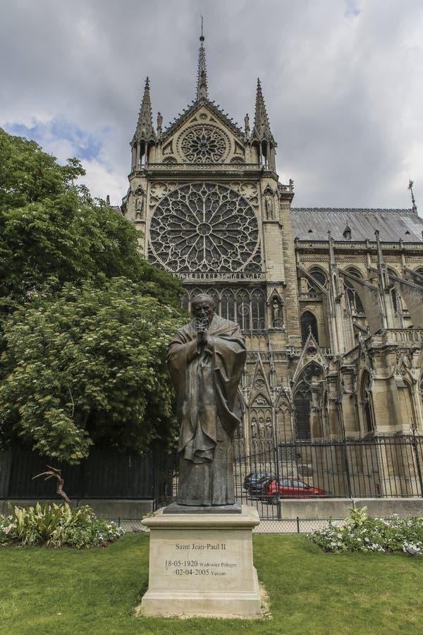 PARIS/FRANCE - 2 de junio de 2017: Estatua de St Juan Pablo II delante de Notre Dame de París, Francia foto de archivo libre de regalías