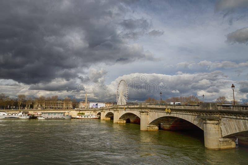 Paris, France 30 de março de 2018 Vista no rio Seine Roda de Ferris Roue de Paris e céu nebuloso imagem de stock royalty free