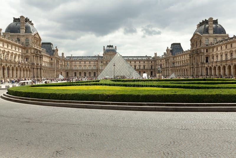 PARIS, FRANCE - 1er juin 2018 : Vue de musée célèbre de Louvre avec la pyramide de Louvre au coucher du soleil de soirée Le musée photos libres de droits