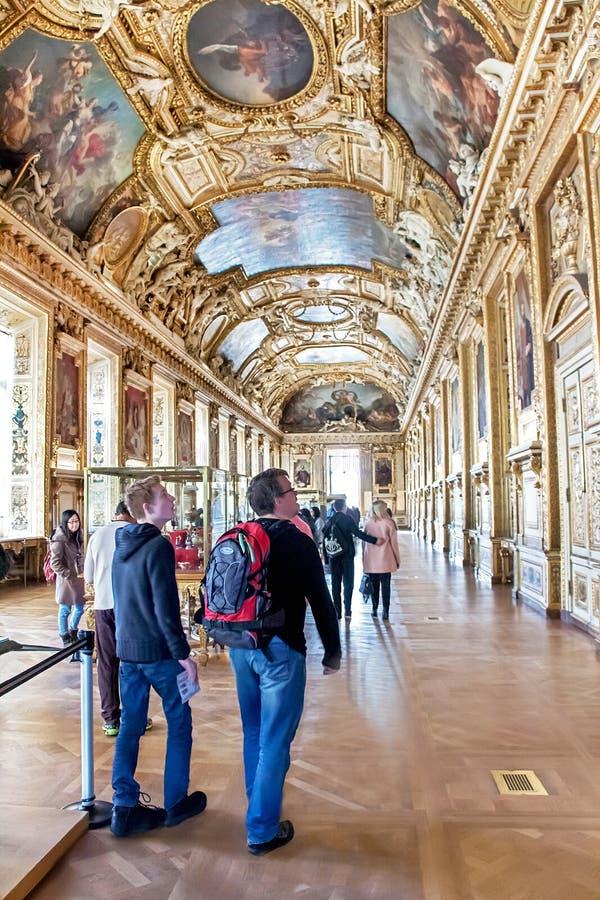 Paris, France - 11 janvier 2015 : Les gens visitent, marchant (à l'intérieur) le musée de Louvre paris photos libres de droits