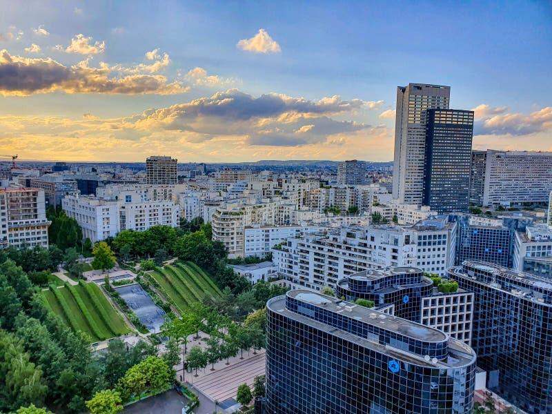 Paris, France, juin 2019 : La défense de La au coucher du soleil images stock