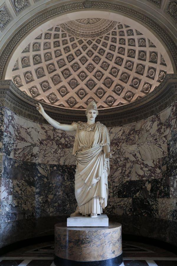 Paris, France - 14 juin 2013 : Statue d'Athéna connue sous le nom de Pallas de Velletri, musée de Louvre, Paris, France images libres de droits