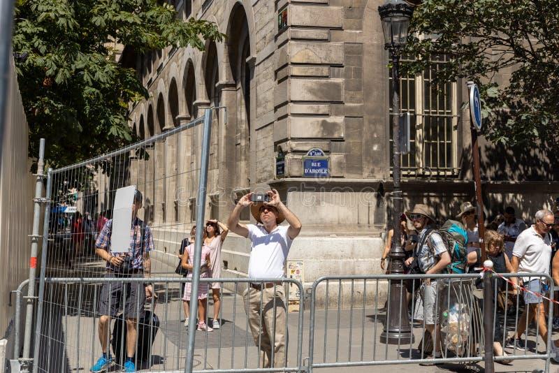 Paris, FRANCE - 27 juin 2019 : touristes prenant des photos du Notre-Dame de Paris de damagend image stock