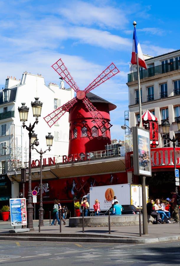 Paris, France Le Moulin rouge est un cabaret célèbre construit en 1889 photo libre de droits