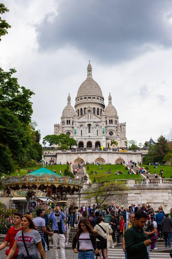 PARIS, FRANCE - 25 MAI 2019, basilique Sacre Coeur Pendant les soirées au pied du temple, beaucoup de personnes admirent une bell photo stock