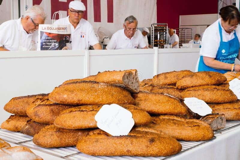 PARIS, FRANCE - 20 MAI 2017 : Brouillez l'image du festival annuel de pain chez Notre Dame Cathedral Baguettes et boules fraîchem photos stock