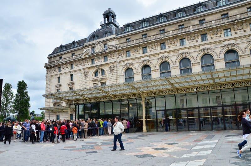 Paris, France - 14 mai 2015 : Visiteurs à l'entrée principale au Musée d'Art moderne d'Orsay à Paris photographie stock