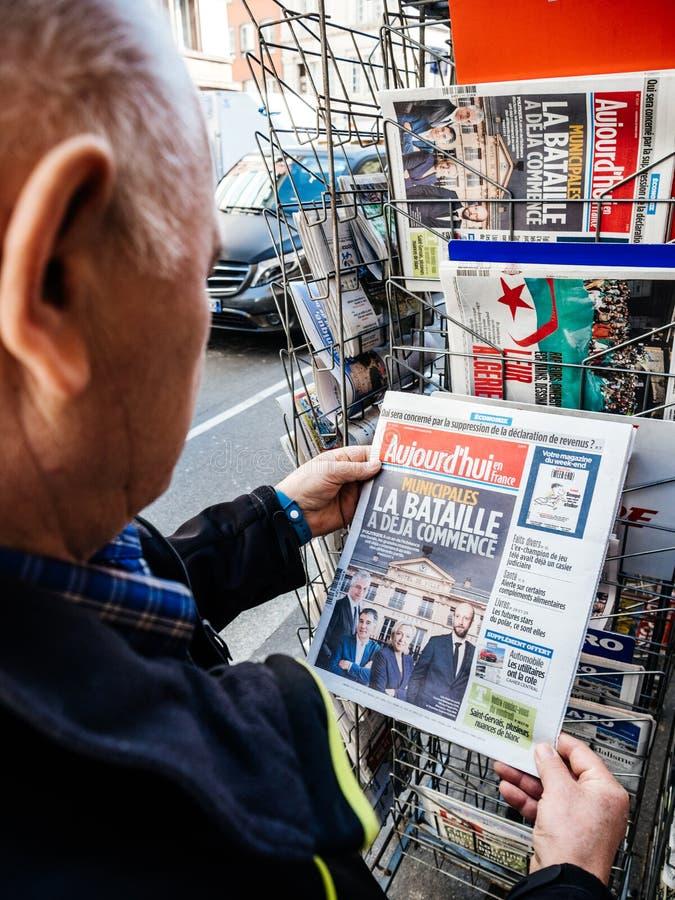 Senior man buying press newspaper kiosk press Aujord`hui stock images