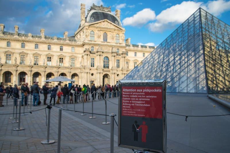 PARIS, FRANCE - 9 novembre 2014 le pickpocket prennent garde se connectent le fron photographie stock
