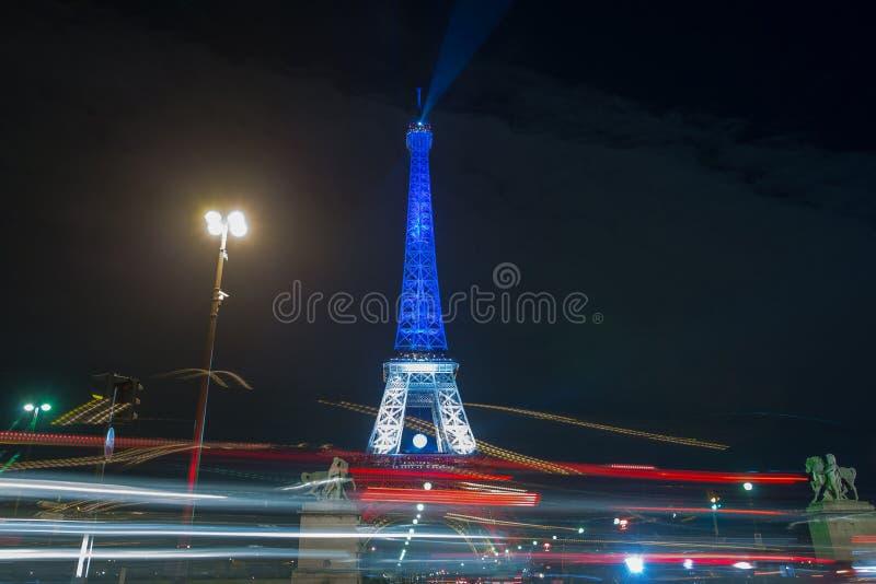 paris france 24 NOVEMBRE 2015 : Tour Eiffel illuminé vers le haut de l'esprit photo libre de droits