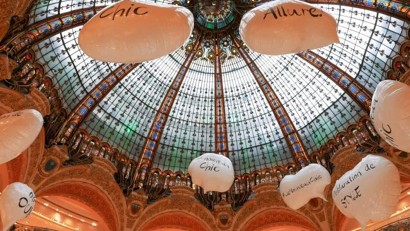 PARIS, FRANCE 24 SEPTEMBRE 2015 : le plafond des galeries Lafayette, Paris photo stock