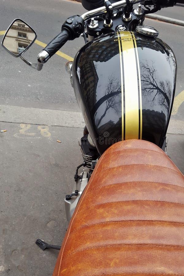 Paris france 02 29 2016 Szczegóły stary motobike parkujący w ulicie z czarnym zbiornikiem i brown siedzeniem zdjęcie stock