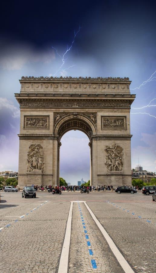 Paris, France. Tempête au-dessus des points de repère de ville image stock