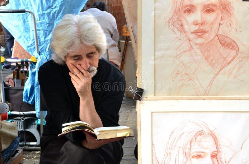 PARIS/FRANCES - 24 septembre 2011 : L'artiste a lu un livre dans Montmartre, le secteur de Bohème légendaire d'artiste de Paris À image stock