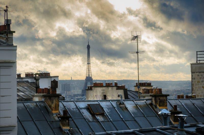 Paris. Frances. Toits de Montmartre. Tour Eiffel. images stock