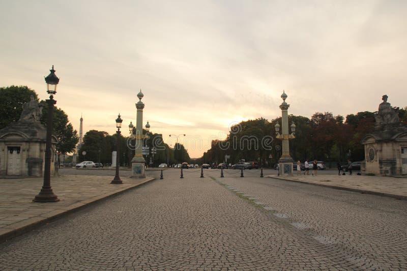 Paris, francesa - 27 de agosto de 2017: Lanscape romântico da cidade no por do sol imagens de stock